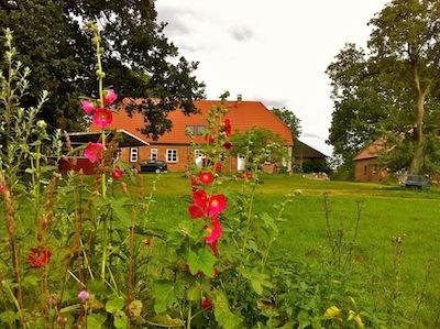 Im großen Garten mit Weiher gibt es zahlreiche verwunschene Ecken, um sich in einer traumhaften Atmosphäre besinnen zu können.