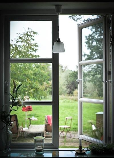 Blick aus der Küche in den Garten.