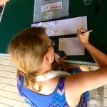Lisa zeichnet Sonnen.
